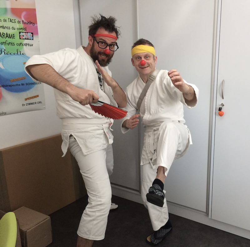 Des clowns judokas à l'arame