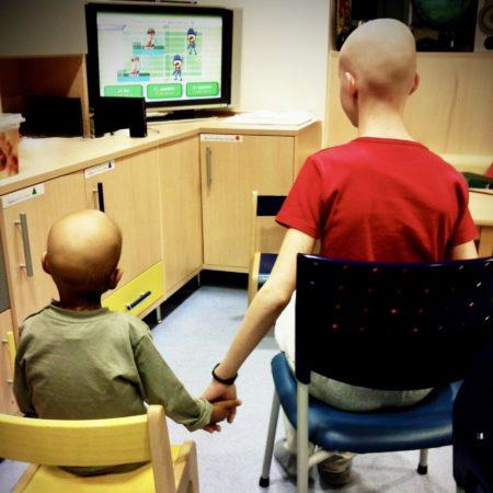 Enfants se donnent la main